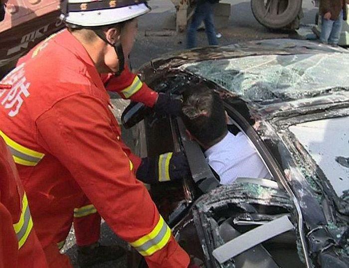 Контейнер упал на машину (8 фото)