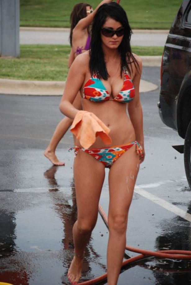Девушки в бикини моют машины (41 фото)