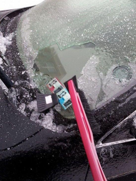 Попытка открыть машину морозным утром (2 фото)