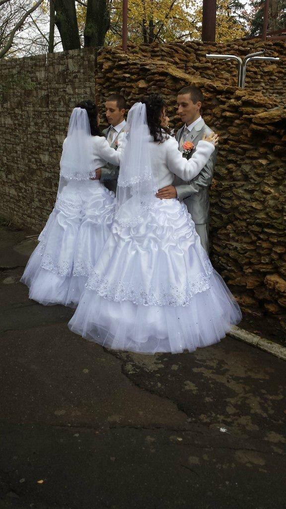 Свадьба близнецов (2 фото)