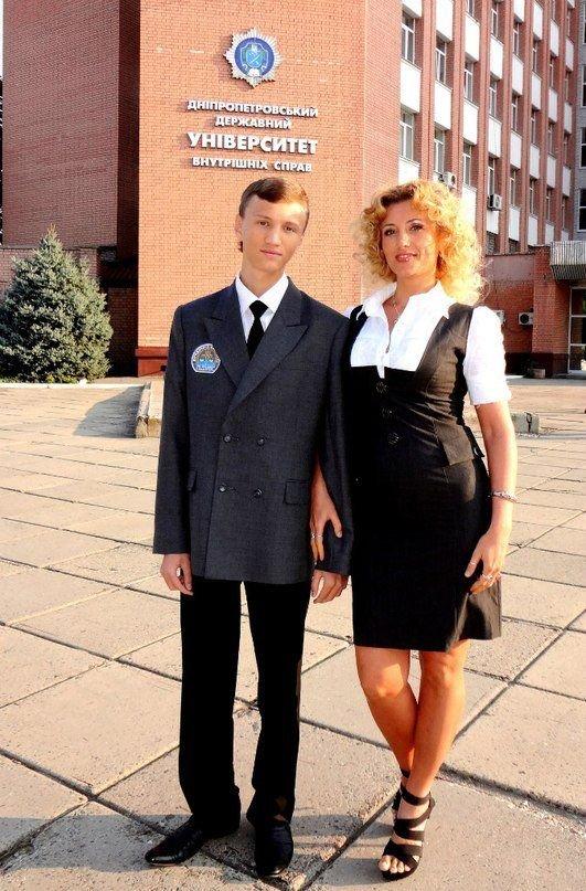 Пришла к сыну на выпускной (11 фото)