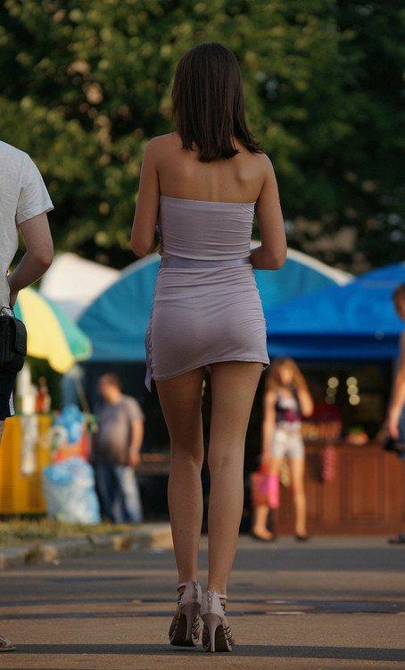 Девушки в откровенных платьях (34 фото)