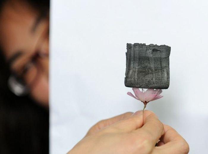 Самый легкий материал в мире (4 фото)