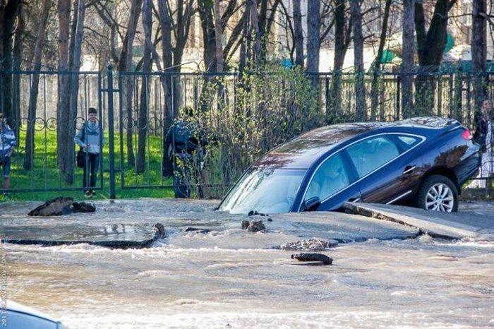 Машина утонула посреди дороги в Киеве (8 фото)