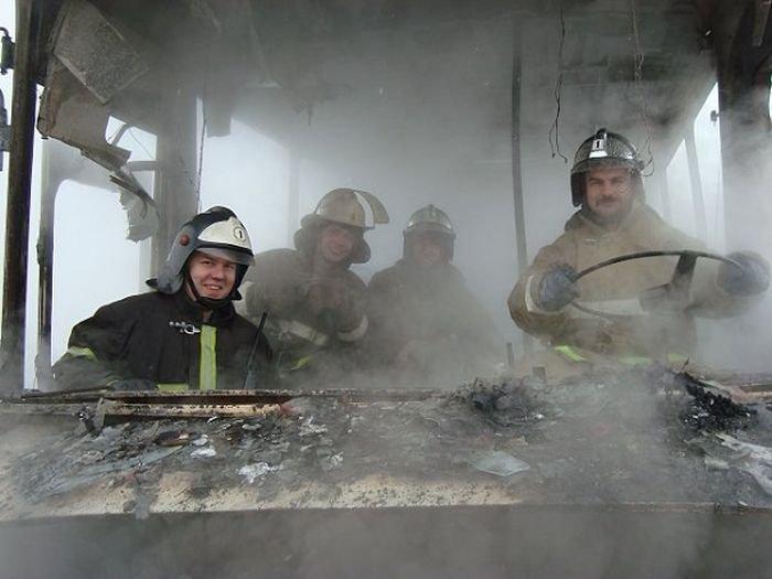 Пожарные жгут (3 фото)