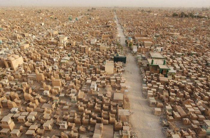 Огромное кладбище Вади Аль-Салам в Ираке (13 фото)