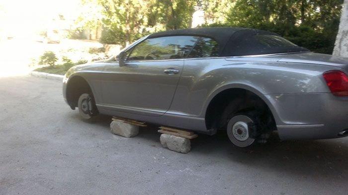 Сняли колеса с Bentley (4 фото)