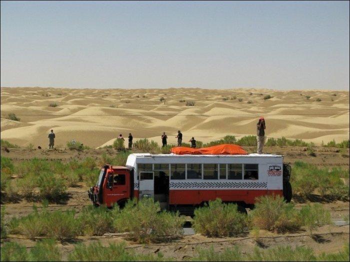 Самая длинная дорога через пустыню (7 фото)