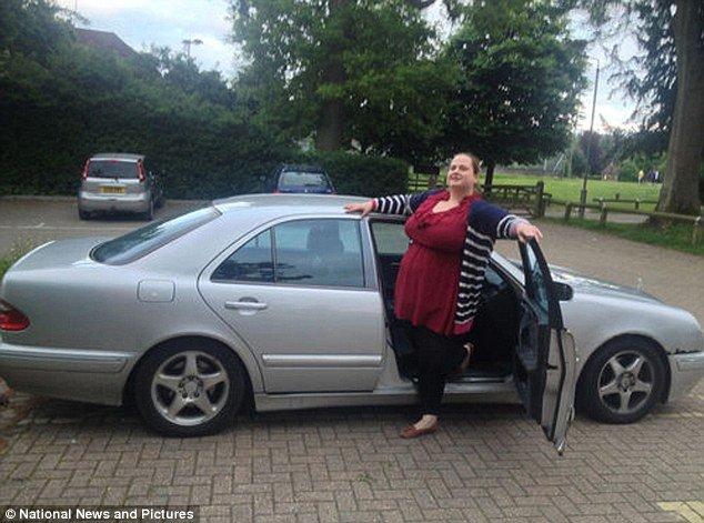Девушка продает машину (5 фото)