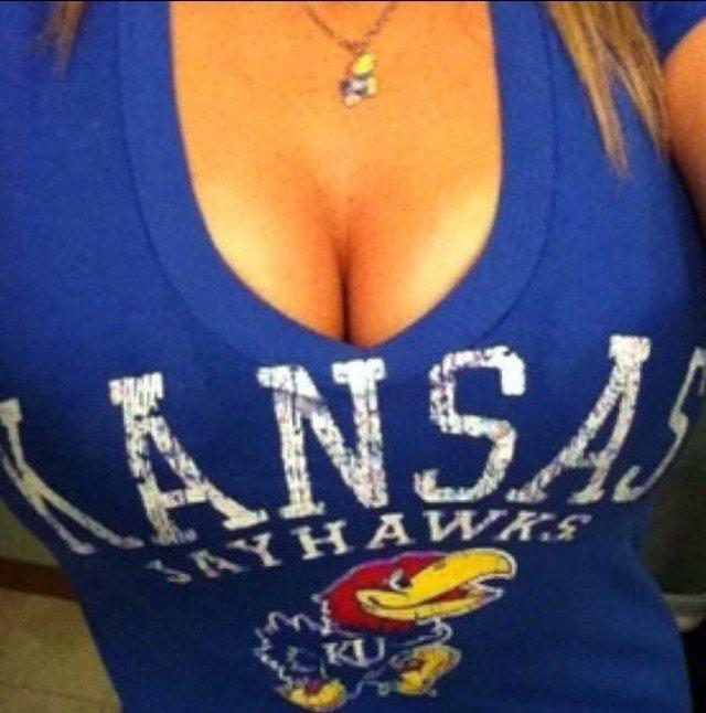 Конкурс на лучшее декольте в университете Канзаса (40 фото)