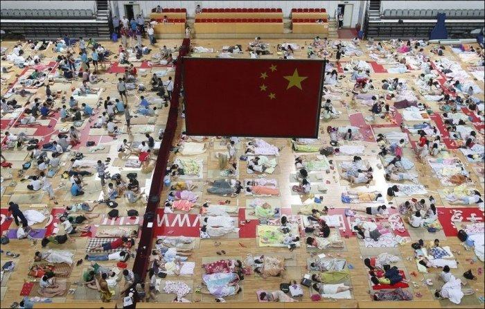 Китайские студенты спасаются от жары в спортзале (12 фото)