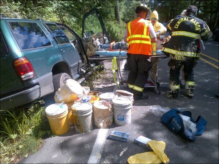 Машина с краской попала в аварию (3 фото)