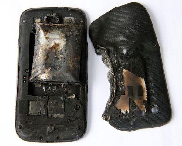 Смартфон взорвался у девушки в кармане (3 фото)