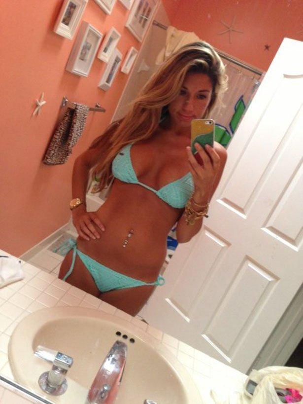 красивые девушки блондинки в ванной комнате перед зеркалом фото каждой