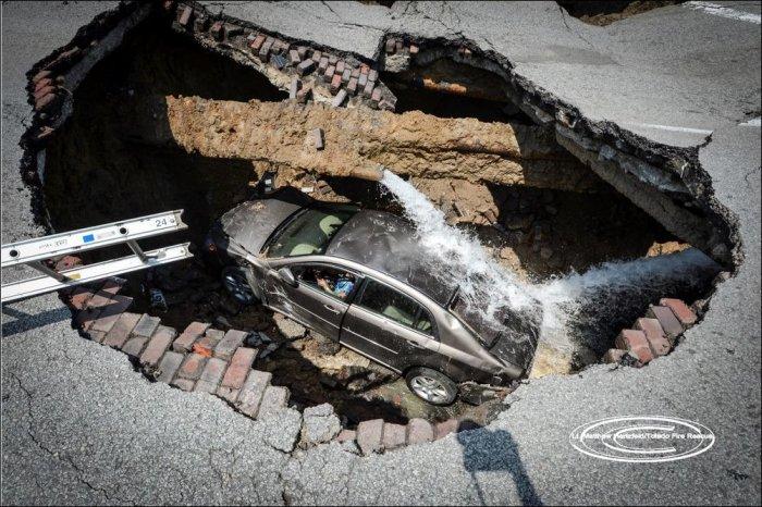 Машина ушла под землю (3 фото)
