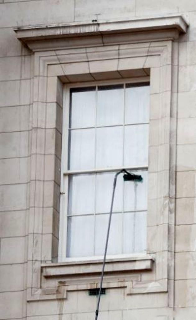 Как помыть окна на четвертом этаже (3 фото)