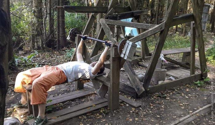 Тренажерный в лесу (16 фото)