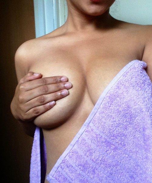 Девушки прикрываются полотенцем (34 фото)