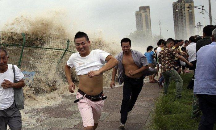 Любопытных китайцев накрыло волной (9 фото)