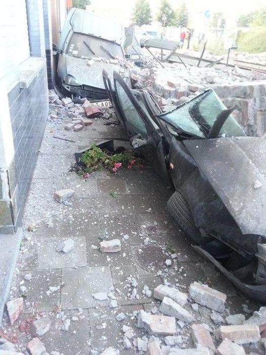 Обвал кирпичной стены (10 фото)