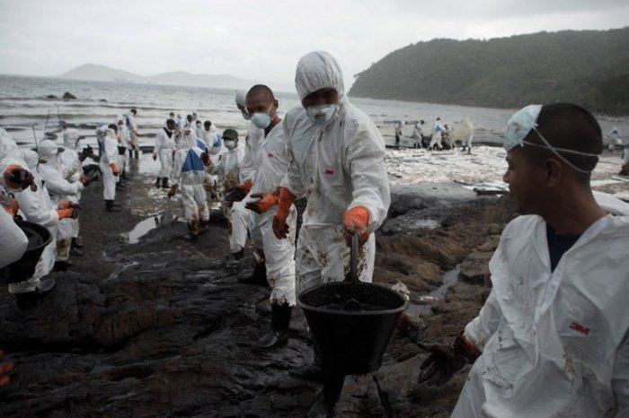 Курортный остров Таиланда испачкан нефтью (12 фото)