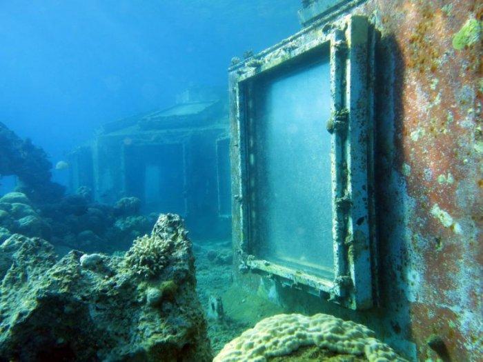 Заброшенный стриптиз-клуб под водой (7 фото)