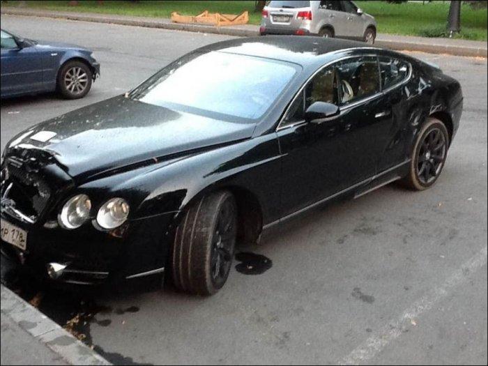 Владельца Бентли наказали за неправильную парковку (3 фото)