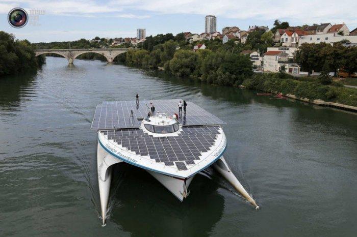 Катамаран на солнечных батареях (17 фото)