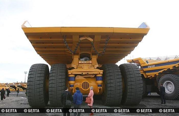Самый большой самосвал в мире (12 фото)