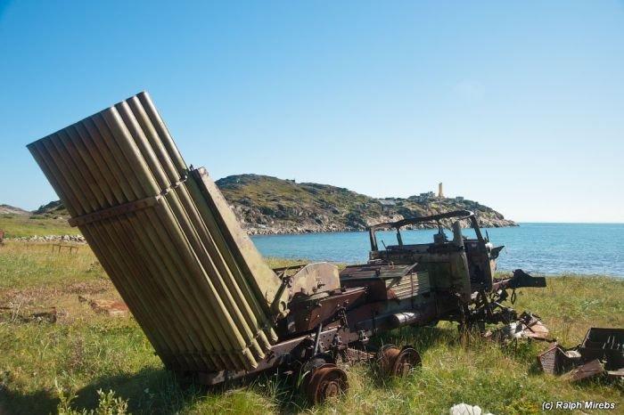 Заброшенная военная техника на берегу Баренцева моря (50 фото)