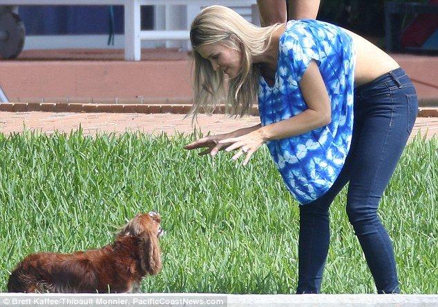 Девушка засветилась, играя с собакой (5 фото)