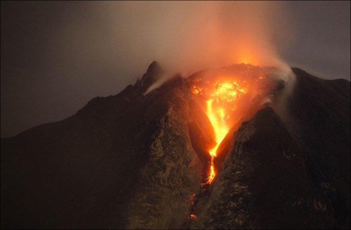 Извержение вулкана Синабунг (26 фото)