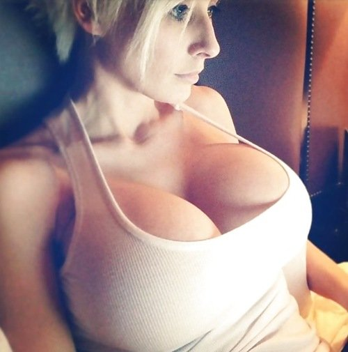 Девушки показывают грудь (29 фото)