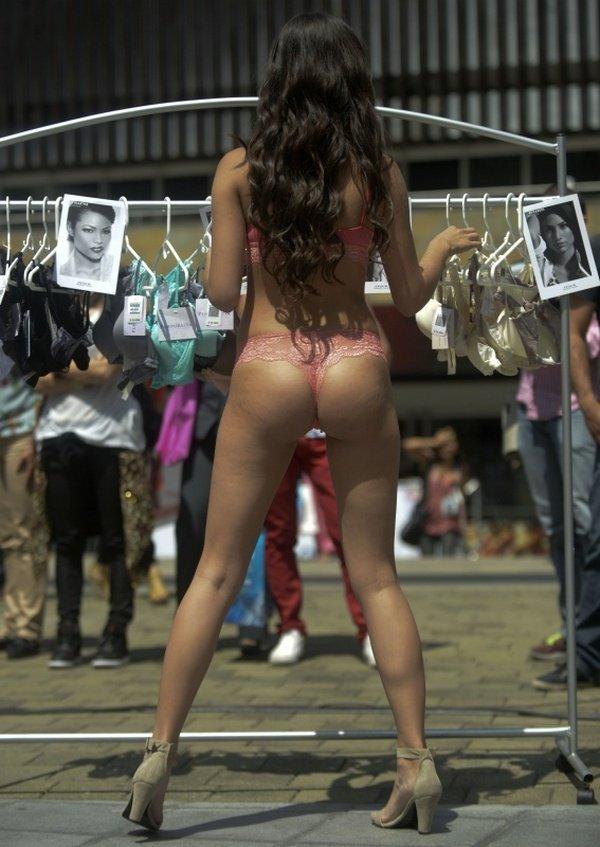 Девушки в нижнем белье на улице (11 фото)