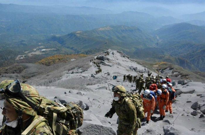 Извержение вулкана в Японии (11 фото)