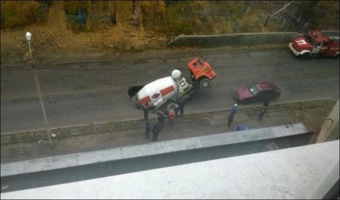 Провал бетономешалки в Воронеже (7 фото)