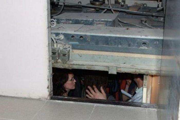 Мошенничество с застрявшим лифтом (2 фото)