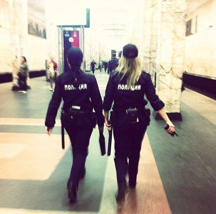 Картинки девушка в форме полиции со спины