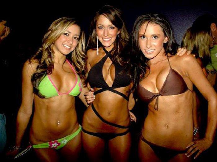 Девушки в бикини (45 фото)