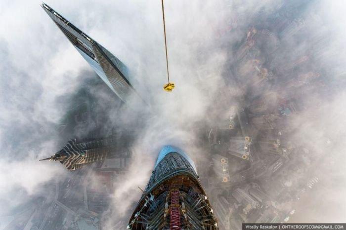 Подъем на 650-метровое здание в Шанхае (13 фото)
