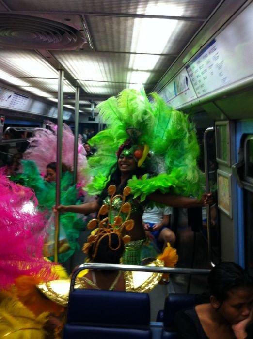Странные пассажиры метро (56 фото)