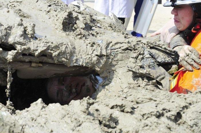 Женщина врезалась в грузовик бетона (9 фото)