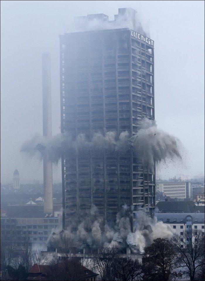 Взрыв небоскреба во Франкфурте (3 фото)
