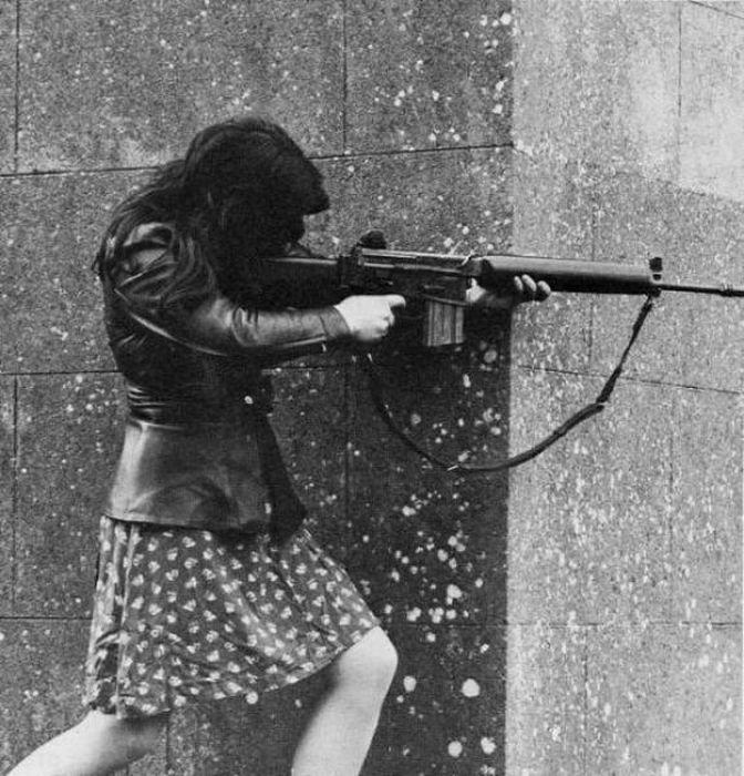Девушки с оружием (64 фото)