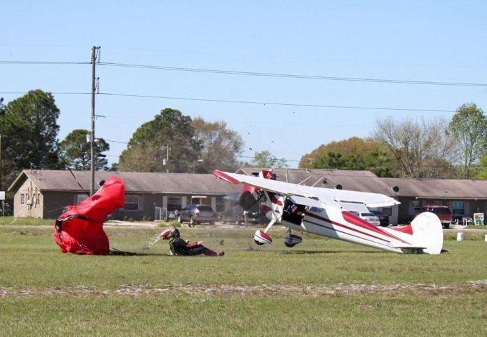 Самолет против парашютиста (15 фото)