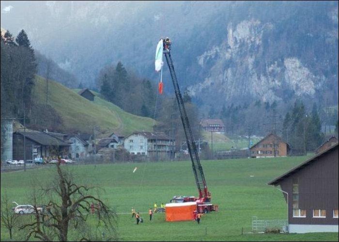 Неудачное приземление парапланериста (4 фото)