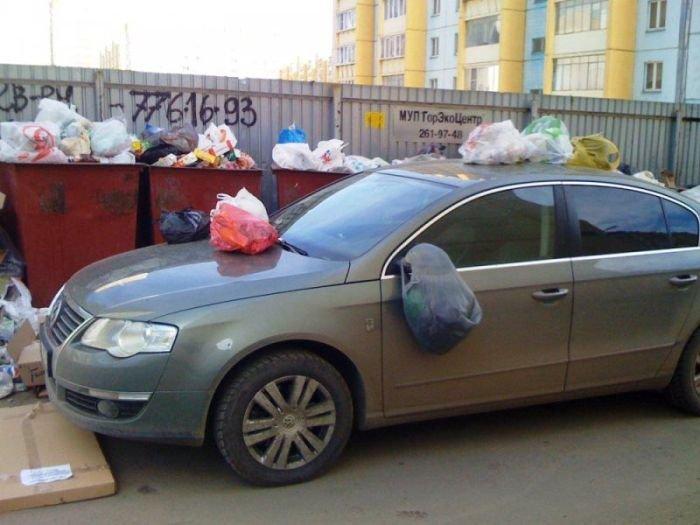 Не паркуйтесь возле мусорных контейнеров (2 фото)