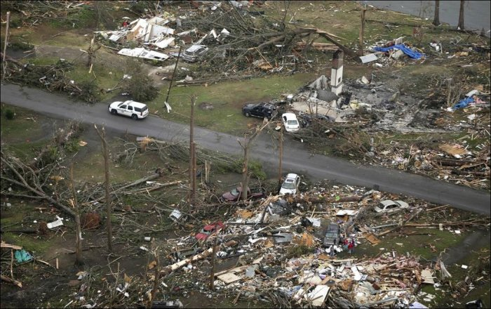 Последствия торнадо в США (15 фото)