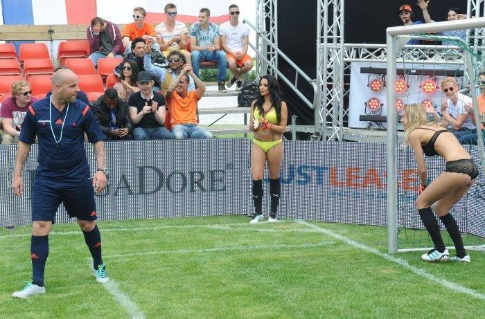 Футбол в нижнем белье (24 фото)