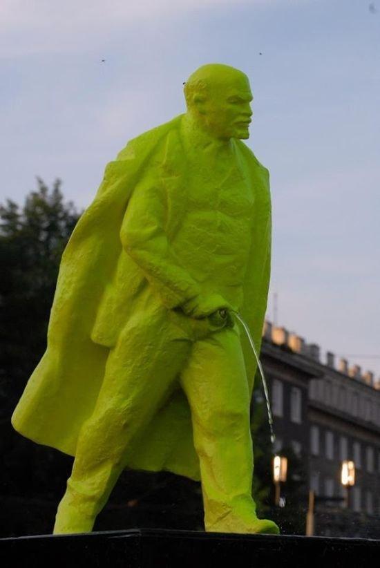 Скандальный памятник Ленину в Польше (3 фото)